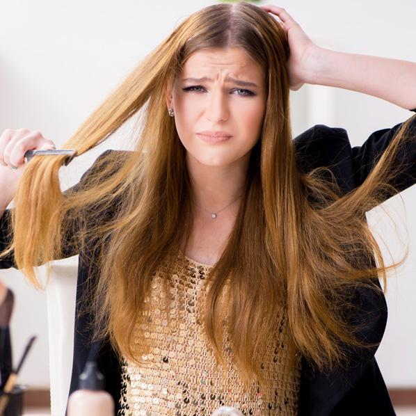 jente grer håret