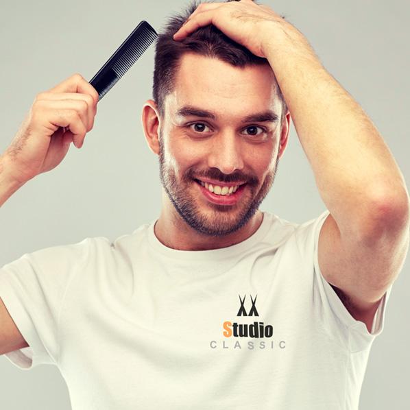Mann grer håret