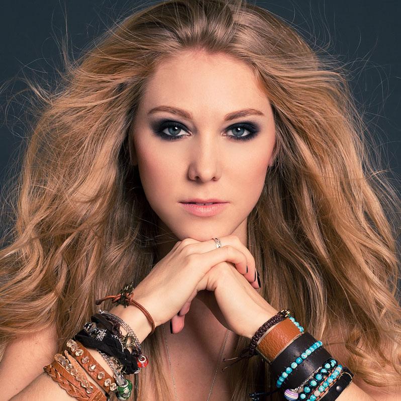 jente striper blondt hår modell ung