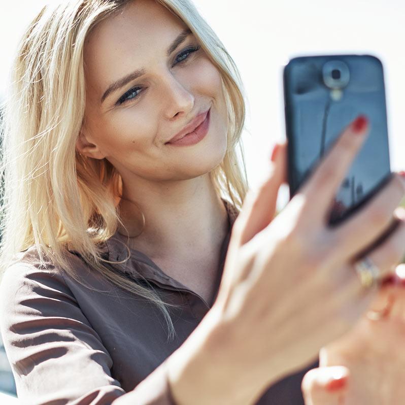 Hårmodell med telefon