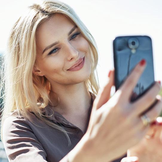 jente tar selfie blonde bleking