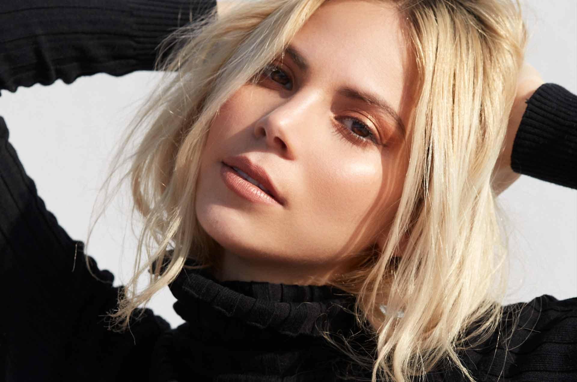 blonde modell hår striper